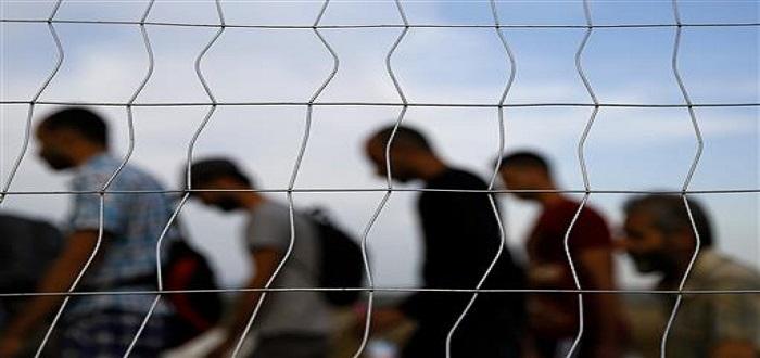 لاجئون سوريون يعبرون الحدود اليونانية-المقدونية (رويترز)